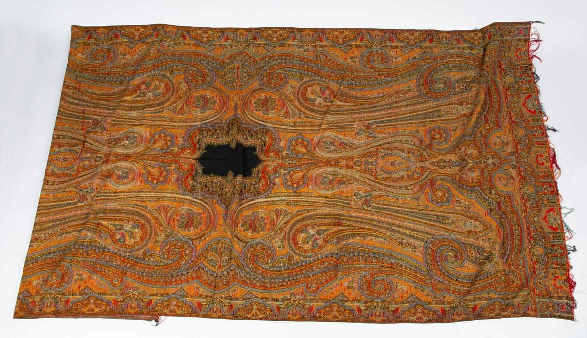 Rektangulært sjal med persisk mønster. Stor rosett i midten. Frynser i begge en Oppgitt i gammel innkomstprotokoll å være brudesjal.  Kan også hatt annen bruk som interiør.