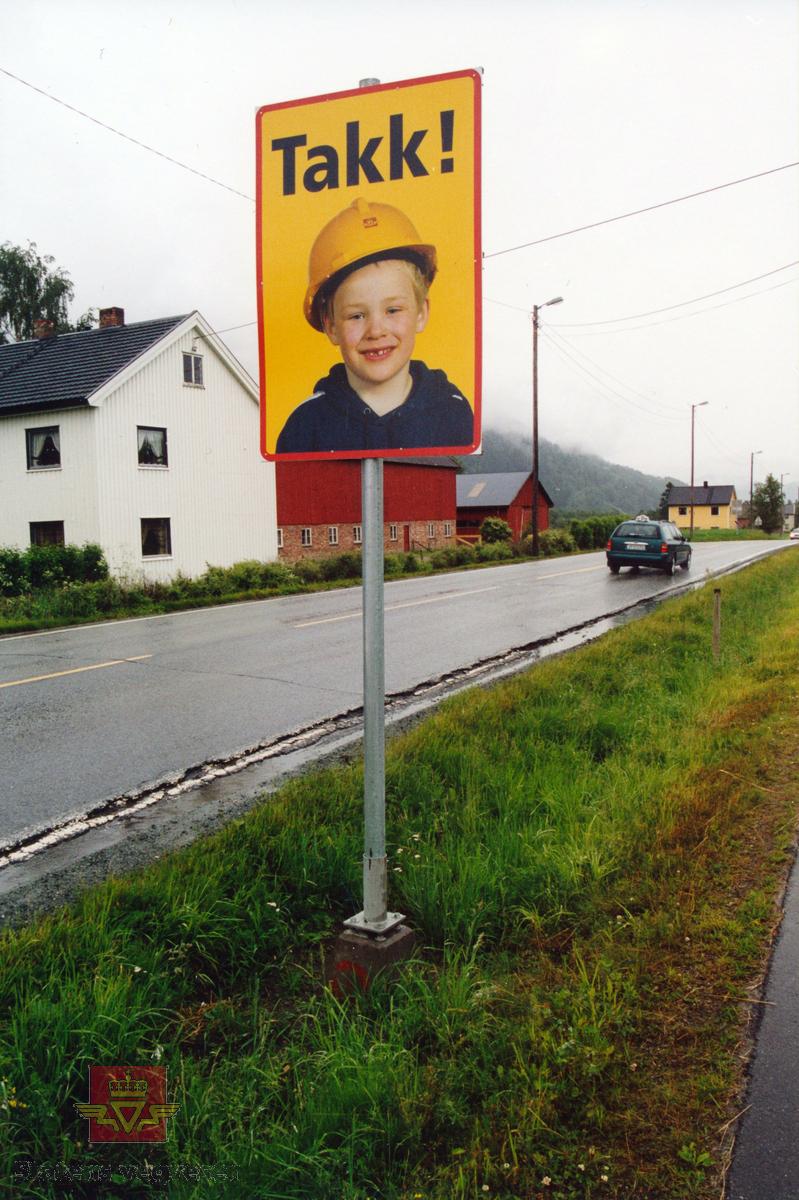 """""""Pappa`n min"""" - en trafikksikkerhetskampanje i 2001 for å gjøre hverdagen tryggere for arbeidslagene som drev dekkelegging og vegoppmerking.   Motiver er trolig fra Sør-Trøndelag.  Dette var et prøveprosjekt i samarbeid mellom Vegdirektoratet og Statens vegvesen i Møre og Romsdal på mobile veganlegg og i Sør-Trøndelag på et fast anlegg.  Tanken bak  """"Pappa`n min""""-kampanjen, var at sikkerheten til vegarbeideren skulle bedres via følelsesmessige appeller til bilføreren om å overholde vedtatt fartsreduksjon i arbeidsområdet. På veg inn og ut av arbeidsområdet traff bilførerne tre skilt med teksten """"500 meter til pappa`n min"""" (motiv NVM 15-F-00824), """"Pass på pappa`n min (motiv NVM 15-F-00825) og """"Takk"""" (motiv NVM 15-F-00826). Oppfattet og godtok bilføreren budskapet, hadde vegarbeideren samtidig fått en tryggere arbeidsplass.  Prosjektet var adoptert fra Danmark og var et informasjonstiltak som skulle bidra til økt oppmerksomhet og større forståelse og respekt for asfaltarbeiderens arbeidssituasjon på vegen. Gjennomgangsfiguren, eller merkevaren i kampanjen, var den vesle gutten som ber sjåførene kjøre forsiktig og passe på pappa`n hans.  Dette var ikke det eneste tiltaket som ble iverksatt for å øke asfaltarbeidernes sikkerhet. Ved siden av prøveprosjektet """"Pappa`n min"""" var det andre tiltak som fluoriserende folie på arbeidsvarslingsskiltene, følgebil, lysregulering, oppstartmøte og jevnlige byggemøter med leggelagene, daglige meldinger gjennom NRK om hvor asfaltarbeid pågår, opplæring av trafikkdirigenter og involvering av politi.  (Kilde: Statens vegvesen sitt interne magasin i Møre og Romsdal: """"Veg og Virke"""" nr. 1 og 2/2001, skrevet av Wiggo Kanck)"""
