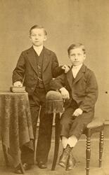 Porträtt av Carl Lindqvist och Herman Lindqvist. Söner till