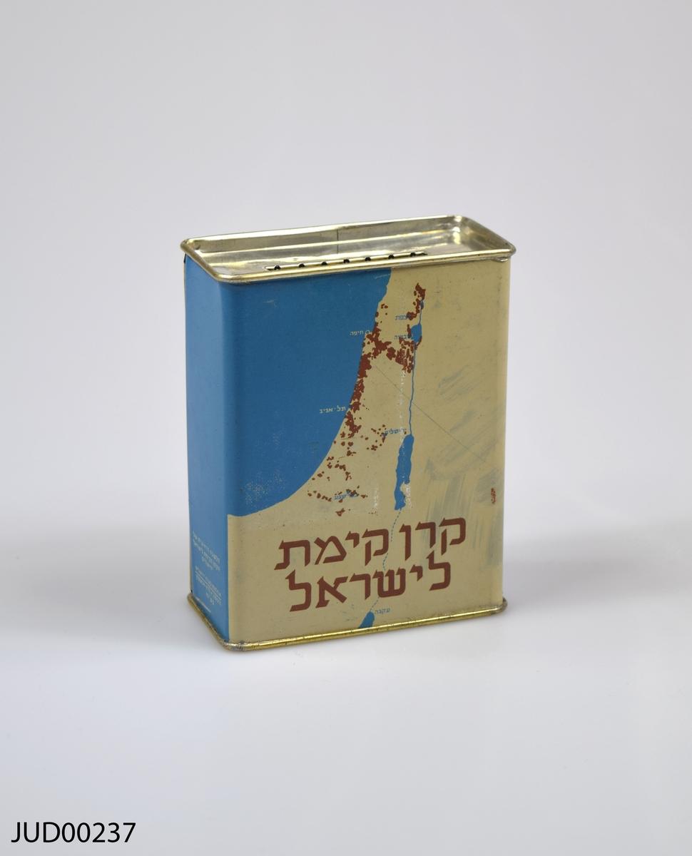 Insamlingsbössa, tillverkad av plåt. Dekorerad med Israels flagga samt en karta över landet.