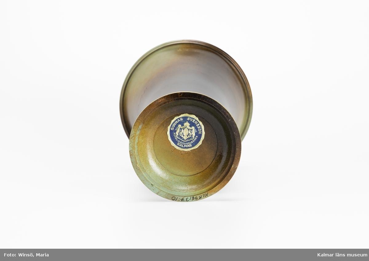 KLM 46137:10. Pokal, metall. Prispokal av brons. Inskription: KALMAR BOBBIN-CO:A-B HEDERSPRIS KORPSKYTTE 1949. Märke: GUNNAR SVENSSON KUNGL. HOVJUVELERARE KALMAR.