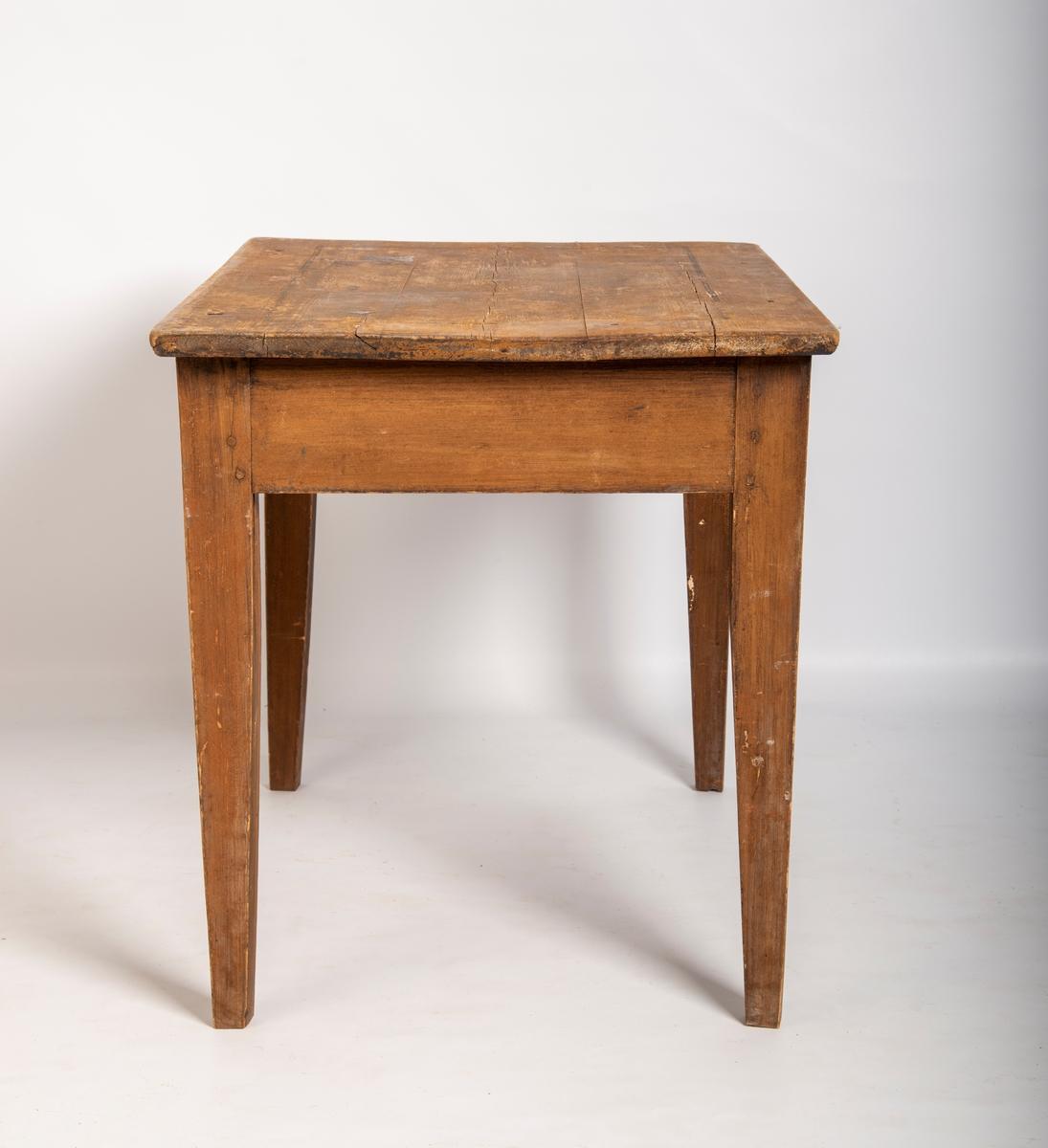 Heltre bord på 4 bein med skuff. Sammenføyning mellom sarg og bein med treplugger. Vokspapir i bunnen av skuffen.