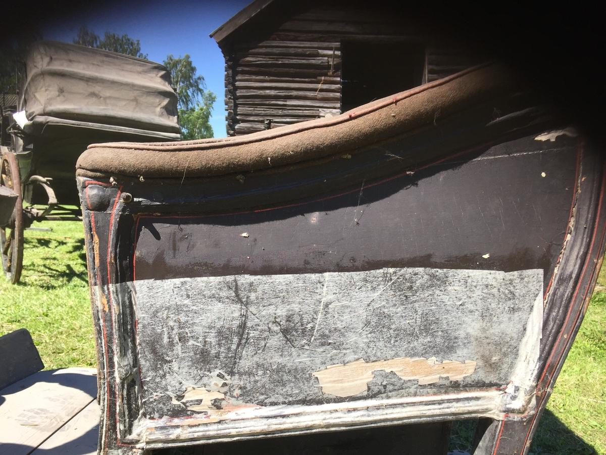 Vogn til undervong som står på Høybylåven; antagelig. Fire hjul. Greaseaksel. To tverrstilte seter. To individuelle kuskeseter som kan brukes som motsete. Ryggstøtter på kuskebukk kan slås om. Trukket med stoff i rygg og armlener. Undervogn har beslag for stikkstang og humler. Vogna har ikke undervognsstang