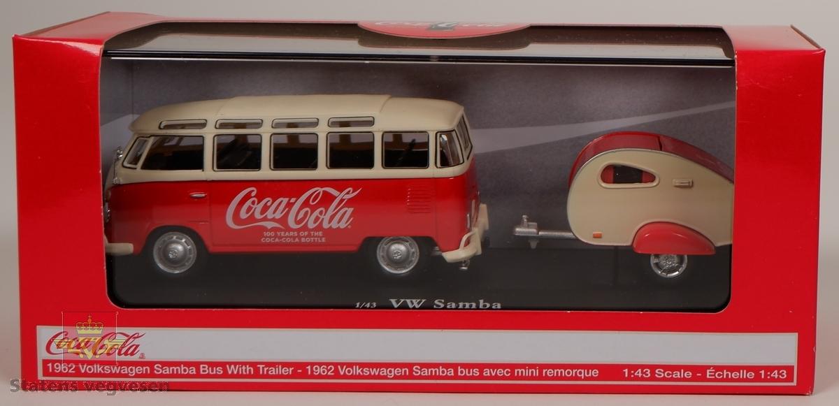 Minitatyrbil med campingvogn i uåpnet orginal eske. Bilen er hovedsakelig rød og hvit med Coca-Cola reklame. Skala 1:43.