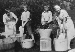 Klesvask på leirstedet Sauevika på Hvaler i august 1932.  Fr