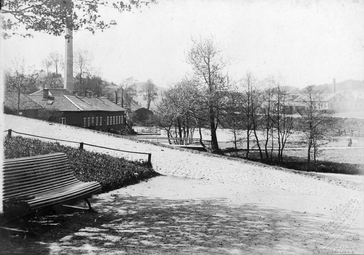 Parti kring Sockenstugan med Linds Färgeri t.v. år 1891.