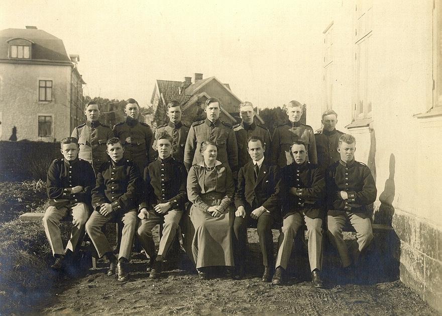 Bild ur en arkivkartong med 34 st. s/v fotografier. De flesta är gruppbilder av oidentifierade personer. Här Brödraketsen vid I-15 år 1923. 1922-års klass 1.