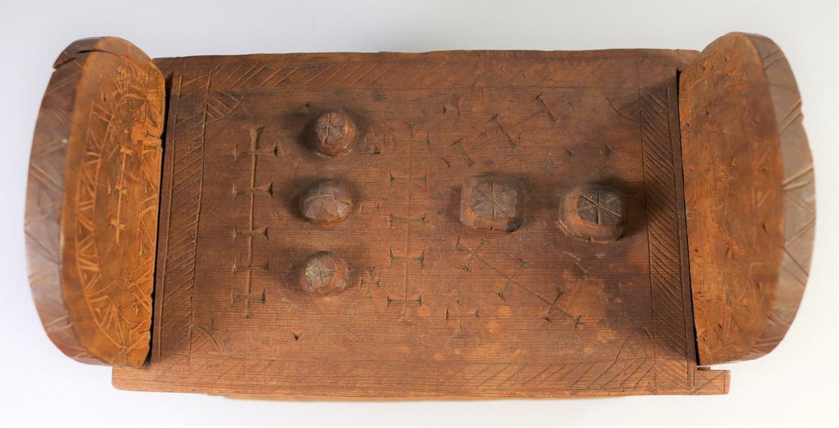 """Form: Forlenga og avrunda gavlar.  (23) 15:  """"Tankelås"""" på loket, dette vert regulert med 5 knappar. Peter Anker:  Kister og skrin.  Oslo 1974."""
