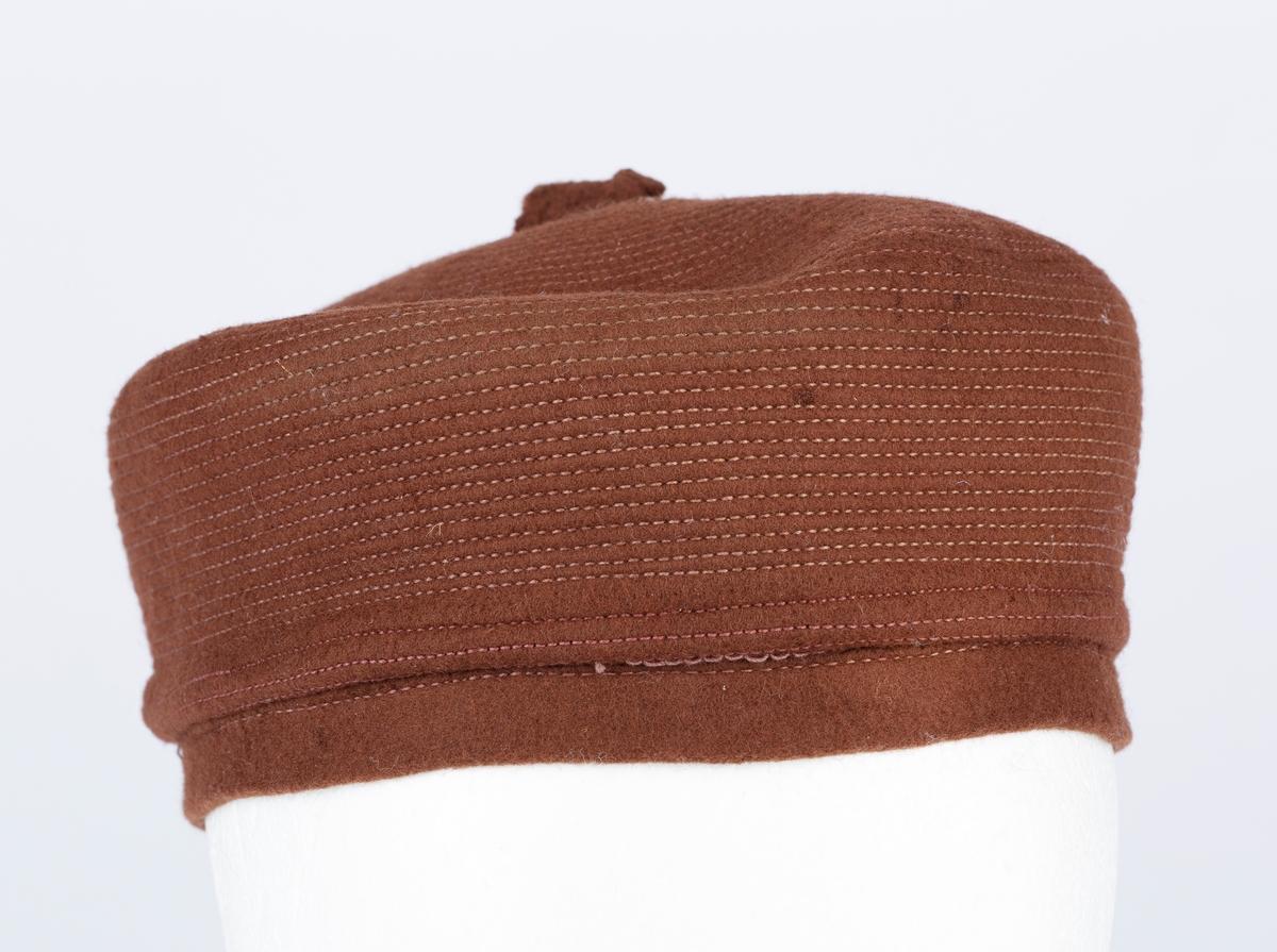 """Rund damehatt, """"pilleeske"""". Stikninger over hele hatten, topp. Fra England."""