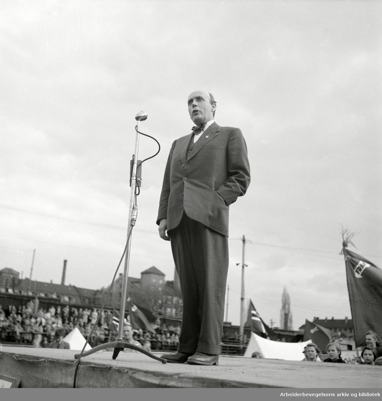 Oslo Framkrets. 1. Mai 1952. Framfylkingens arrangement, Barnas 1. mai, på Dælenenga. Ordfører Brynjulf Bull taler.