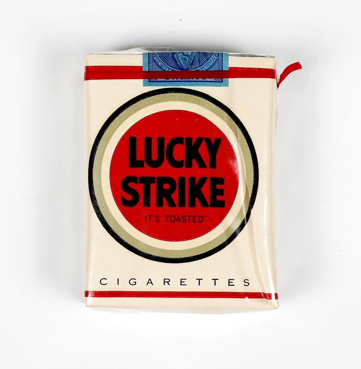 Lucky Strike sigarettpakke med plast rundt. Uåpnet. Fra Stay Behind lageret.