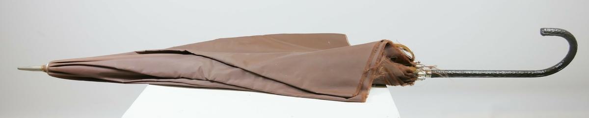 Brun tekstilparaply med stang i blankt metall med håntak med svart hank. Sju spiler.