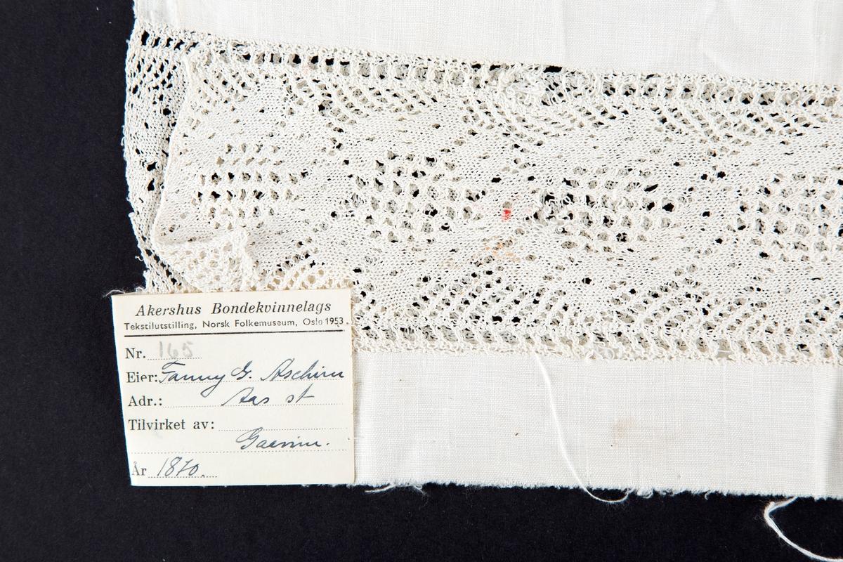 Rektangulært. Mønsterstrikk. Tynt garn, tynne pinner Utstilt på Akershus Bondekvinnelags utstilling på Norsk folkemuseum 1953 med nr. 165