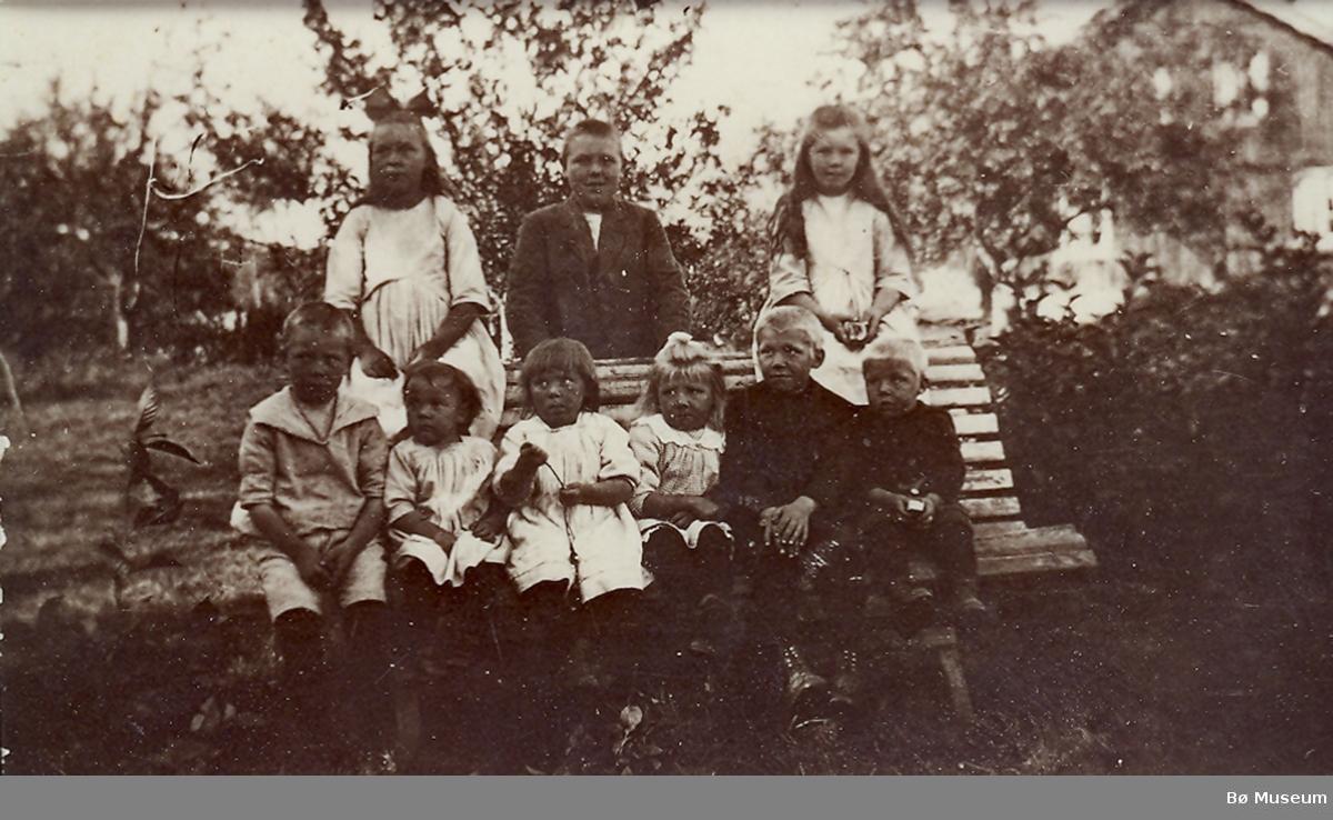 Ungar i hagan på Storkås
