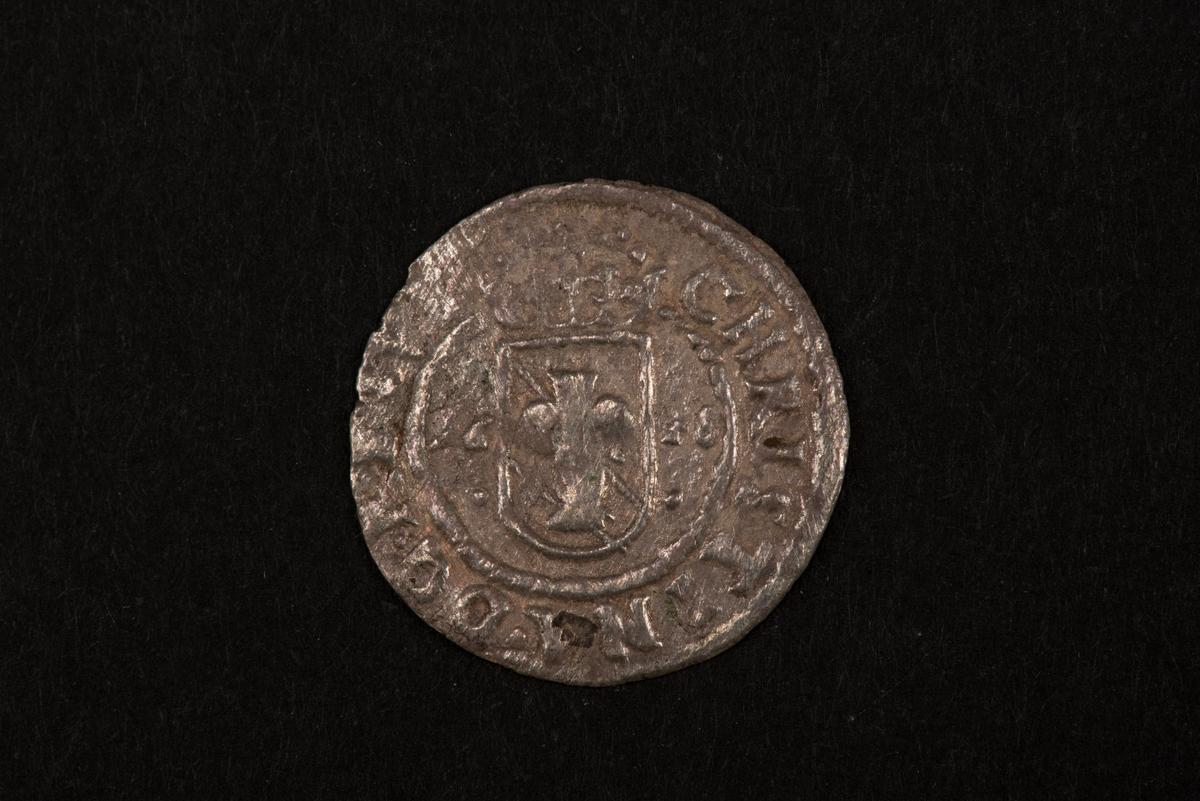 Ett silvermynt med valören 1 öre.