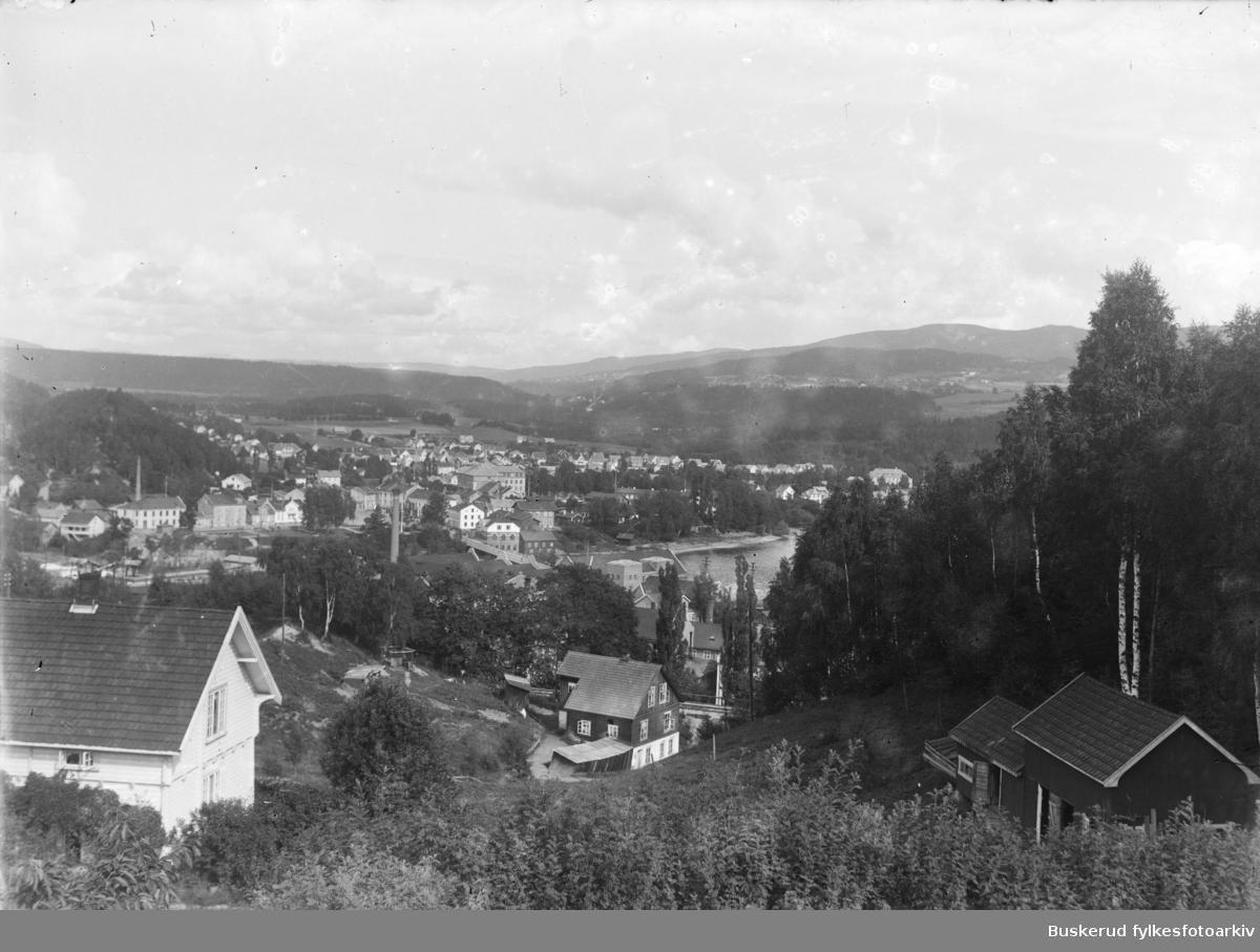 utsyn over Hønefoss med nordsiden av byen i bakgrunnen. Fotografen har stått ved Riperbakken  som er  en bratt vei fra Stabellsgate og opp til Høyby.