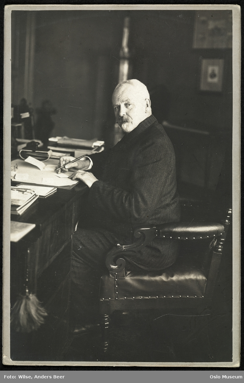portrett, mann, generalmajor, sittende helfigur ved skrivebord