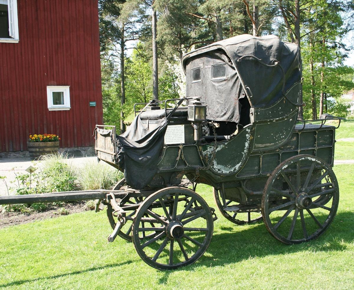 Postdiligens. Fyrhjulig, fjädrad vagn. Öppen vagn, med suflett bak och vindskydd av svart läder. Kuskbock fram. Bakom sufletten täckt bagageutrymme för postpaket. Vagnen märkt med nummer 73 på bockdynans undersida.  Enligt Postmuseums lista över kaleschvagnar framgår att nr 73 var stationerad på paketpost-kontoret i Stockholm och gick i trafik mellan Stockholm & Grisslehamn. Användes 1859-1864. När järnvägen öppnade år 1864, indrogs befordran med diligensen. År 1893 sålde postverket sin gamla vagnpark till arméförvaltningen och vagnen hamnade till slut hos Älvsborgs regemente. Vagnen ombyggdes och ommålades för intendentens räkning. Inköptes till Borås museum 1929, för 50 kr på auktion, anordnat av regementet.  Funktion: Postdiligens
