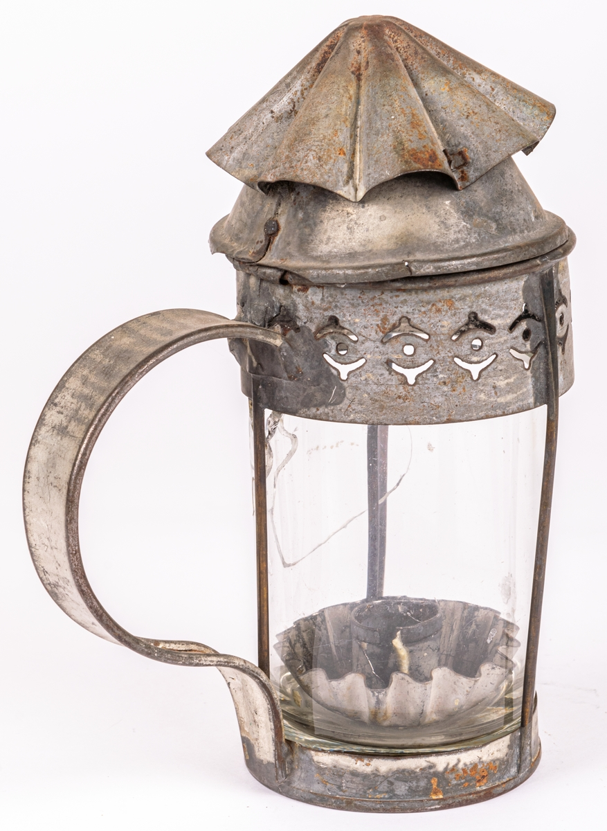 Lykta av plåt och glas för stearinljus.