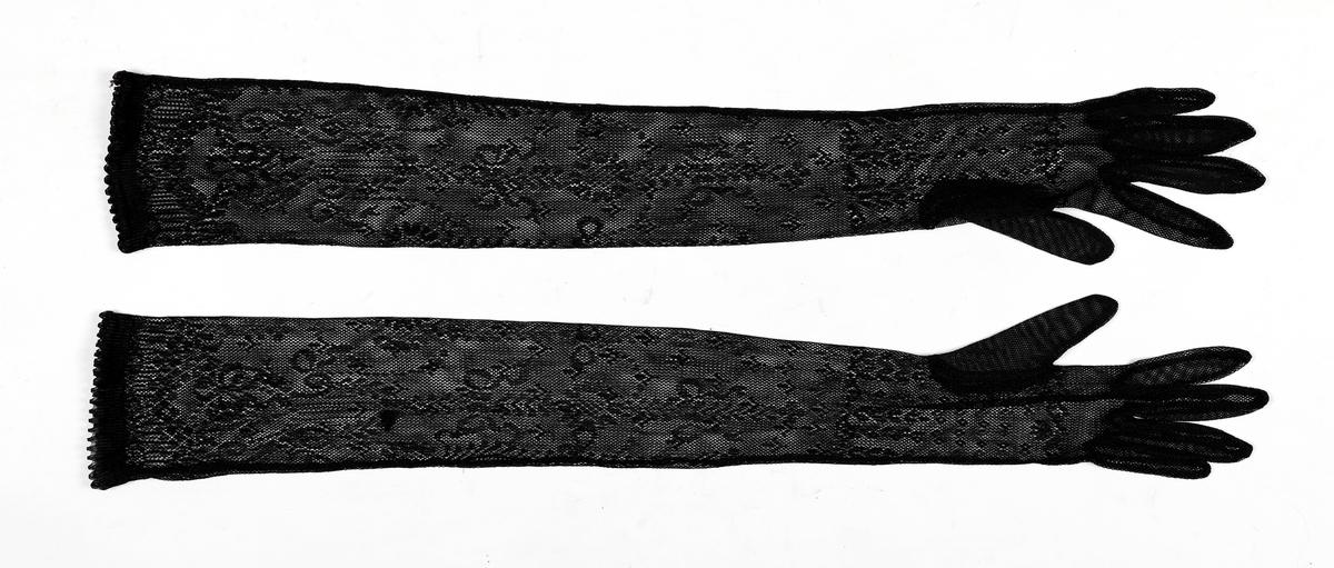 Lange, svarte hansker i netting med mønster.