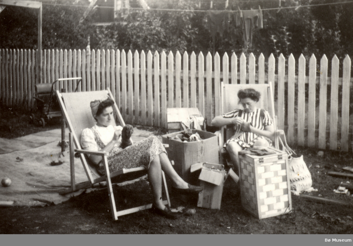 Kvinner som stoppar sokkar. Else Marie Sundby Jensen og systera Ragnhild Kristiane Vreim,.