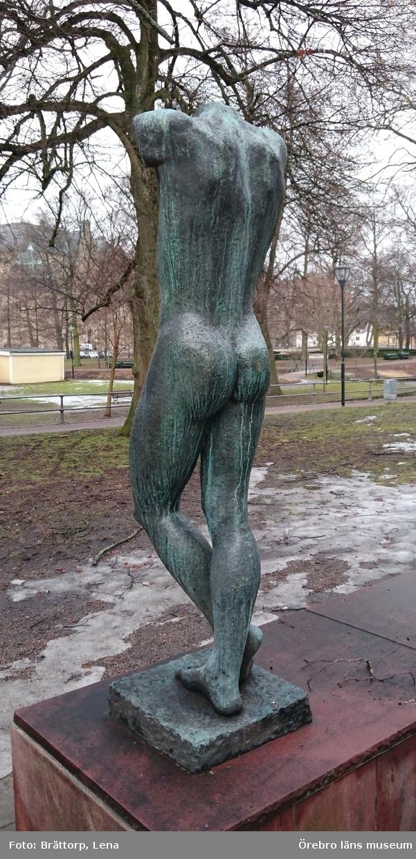 Torso av Britta Nehrman. Skulptur i brons, gjord 1931.  Inköpt av konstnären 1950, Göteborg.  Utställd sen 1965, i parken utanför Örebro läns museum.