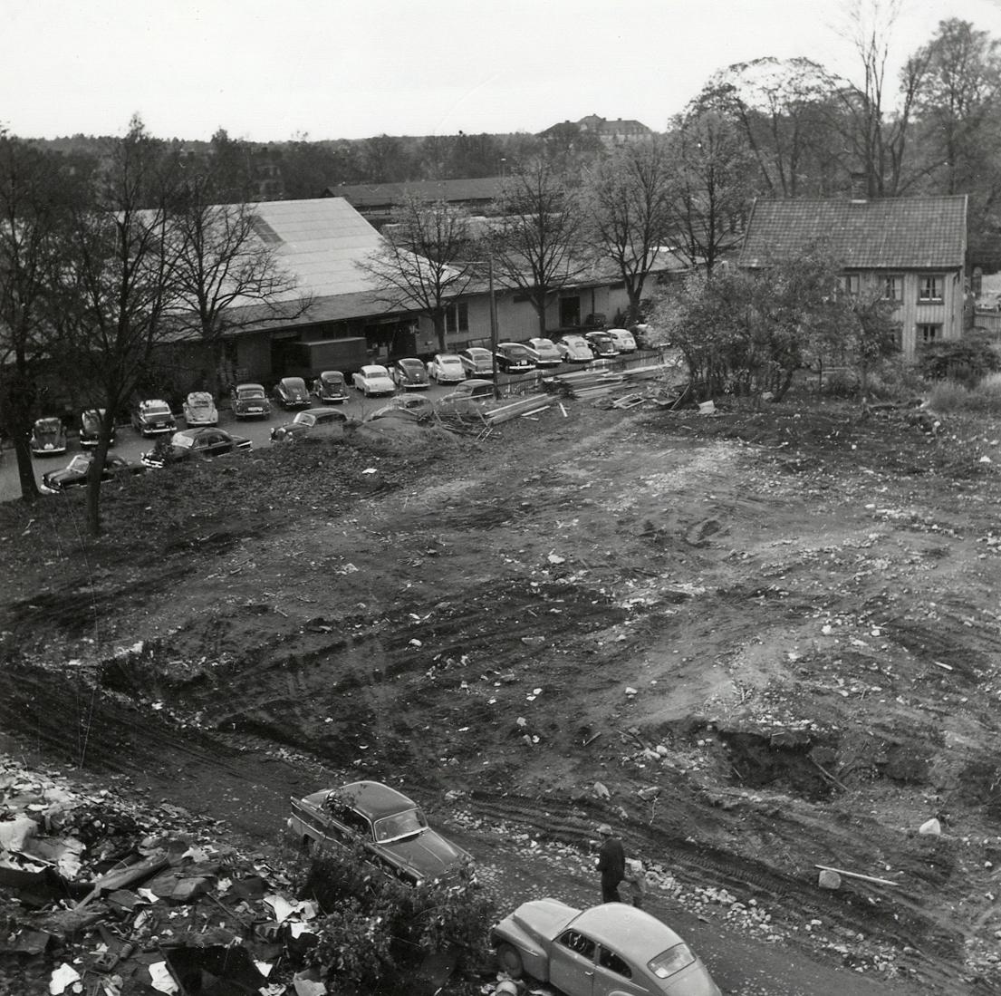 """""""Båtsmansbacken"""". Kvarteret Lugnet efter nästan total rivning, 1961, I bakgrunden syns några magasin vid nuv. Norra Järnvägsgatan och bostadshuset på kv. Lugnet nr 4 b (som revs senare)."""