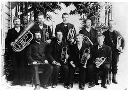 Mellerudmusikken, musikkorps med instrumenter, står oppstilt