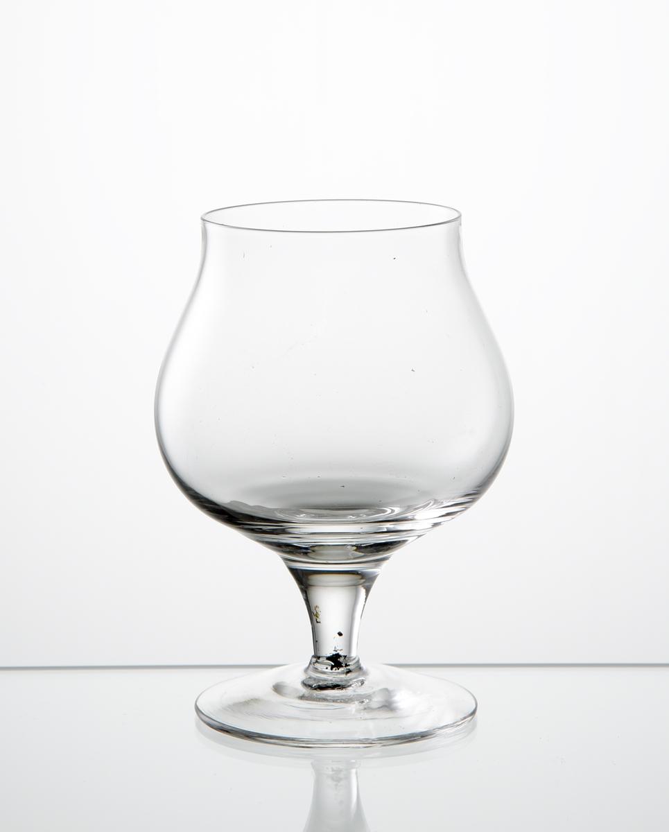 Aromglas, klockformad slät kupa. Lågt draget ben med slät fot.