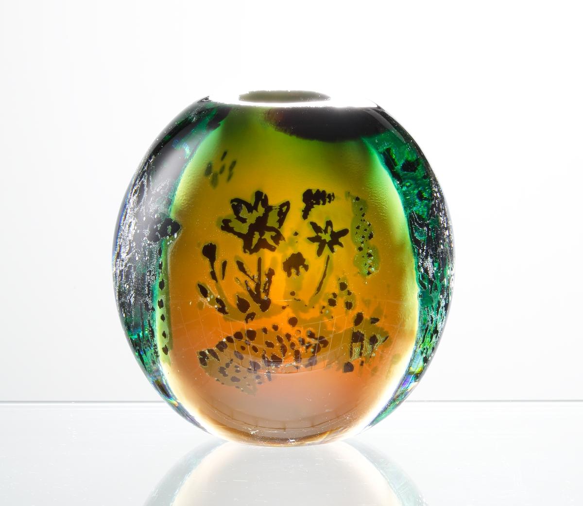 Vas, klotformad med motiv av två tjurar. Orange och grön kulör.