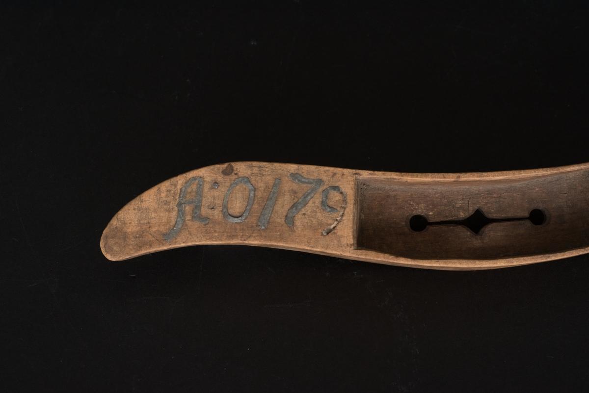 Vävskyttel av trä med blyinlagd inskrift. Svängd skyttel med fack för trådspole och urtag på ena sidan för tråden, det så kallade skyttelögat. I botten på facket ett längre urtag. På ovansidan finns årtalet 1796 samt initialerna MLLD inristade och inlagda med bly.