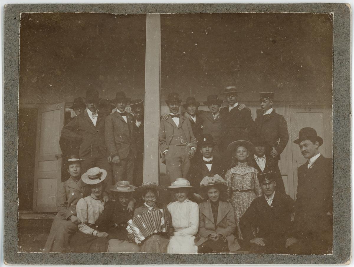 Kvinnor och män på trappan till Kallbadhuset, Uppsala