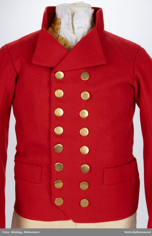 Mannsbunad fra Vestfold, Rød jakke i ull, gul vest, Hvit skjorte og hvit skinnbukse.