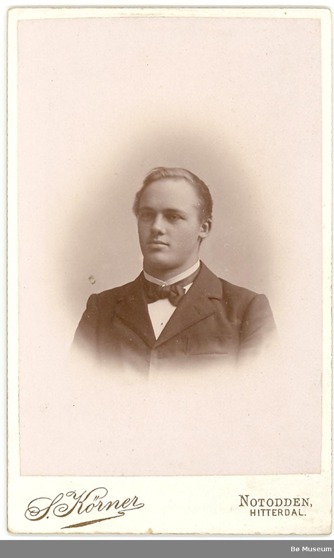 Visittkortfoto av Knut G. Helland