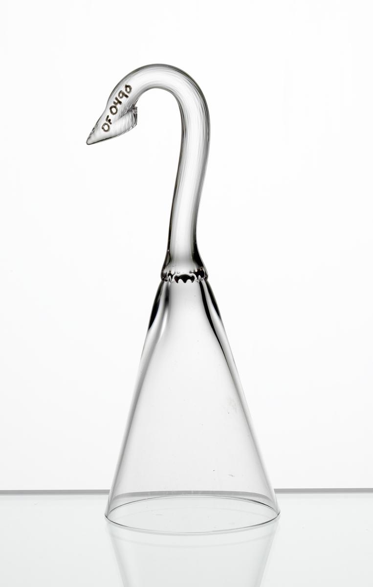Brännvinsglas, konisk slät kupa med ben format som en metkrok.