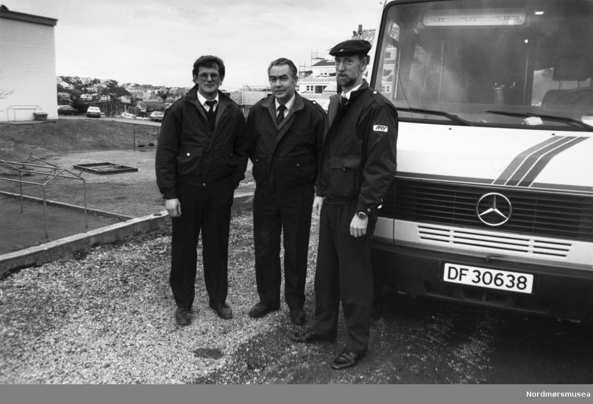 Mercedes minibuss. Buss. Til høyre dir Leif Vang, Nordmøre Trafikkselskap og til venstre kontorsjef Kai Bratteng tv - sjåfør i midten. - Bildet er fra avisa Tidens Krav sitt arkiv i tidsrommet 1970-1994. Nå i Nordmøre museums fotosamling.