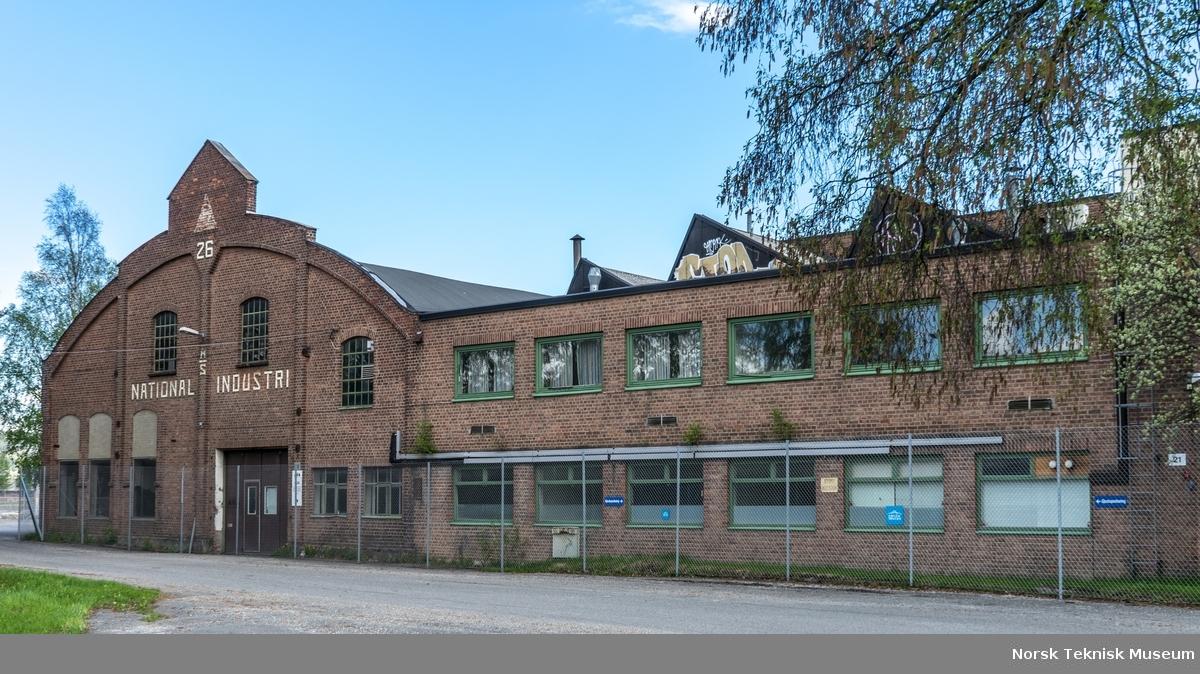 """Bygg 21 og 22 mot nord og Jacob Brochs vei. Buehallen (bygg 22, tidl. 26) var lager- og kontorbygg. Denne fasaden var det mest karakteristiske og kjente """"landemerket"""" ut mot jernbanen og Brakerøya stasjon."""