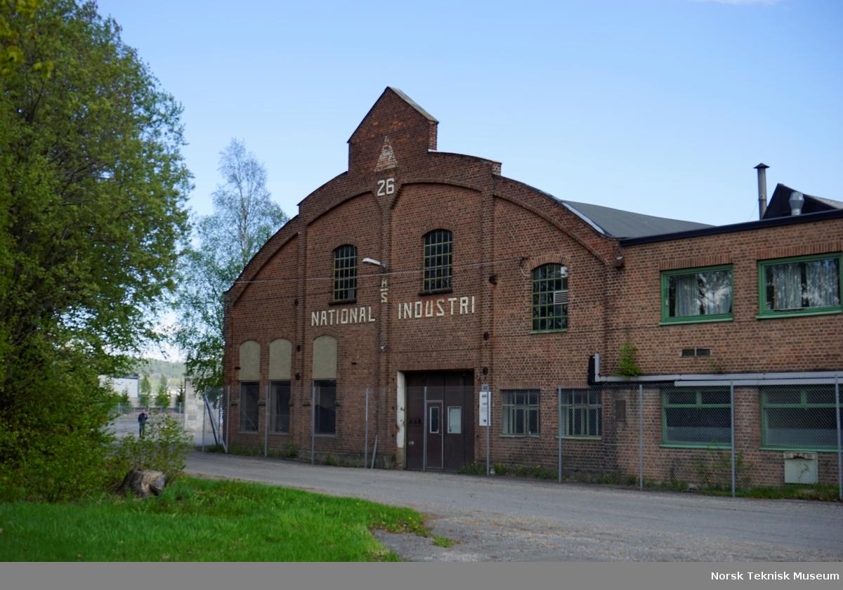 """Buehallen merket 26 var lager- og kontorbygg, Senere renummerert til bygg 22, mot nord og Jacob Brochs vei. Denne fasaden var det mest karakteristiske og kjente """"landemerket"""" ut mot jernbanen og Brakerøya stasjon."""