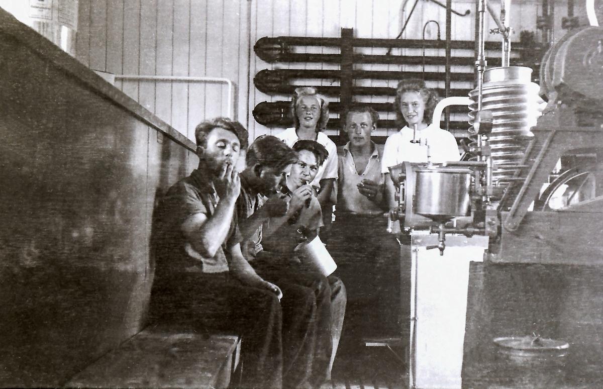 Interiør fra meieriet i 1930-årene. Forest Jon Heggland, senere sjef for iskremfabrikken.