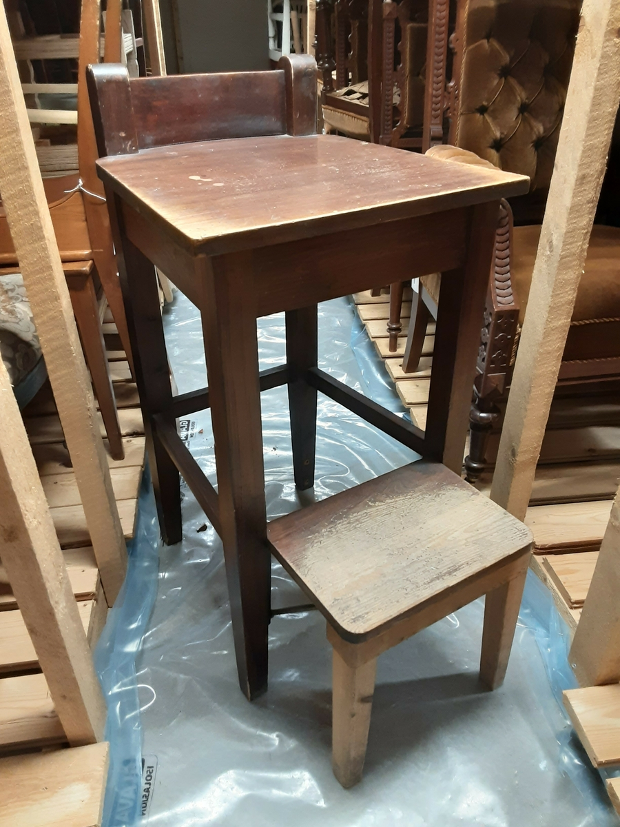 Allmennpraksis Snekret stol, muligens til pasientundersøkelser, f.eks. av barn.Ú