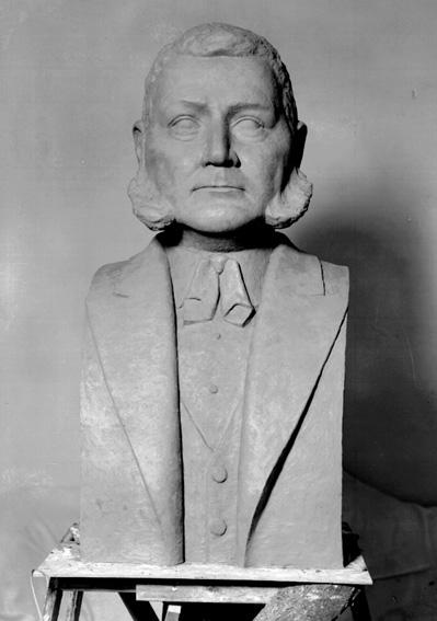 Byst, G. A. Andersson, K. M. W:s grundare. Sixten Nilsson skulptör.Sixten Nilsson (1911-1962), var verksam som skulptör, målare, grafiker och tecknare. Lärare i teckning och bildhuggeri vid Karlstads yrkesskola. Studerade vid Académi Scandinave i Paris för bland annat Despiau 1935, vid Konsthögskolan i Stockholm för Nils Sjögren 1936-40 och vid Escuela Superior de Bellas Artes de San Jorge i Barcelona 1952-53. Studieresor till Norge, Frankrike och Spanien. Han är främst representerad i Karlstad bland annat med bysten över K. M. W:s grundare G. A. Andersson på Hagatorget och på Värmlands museum.Källa: Svenskt konstnärslexikon, 1957.