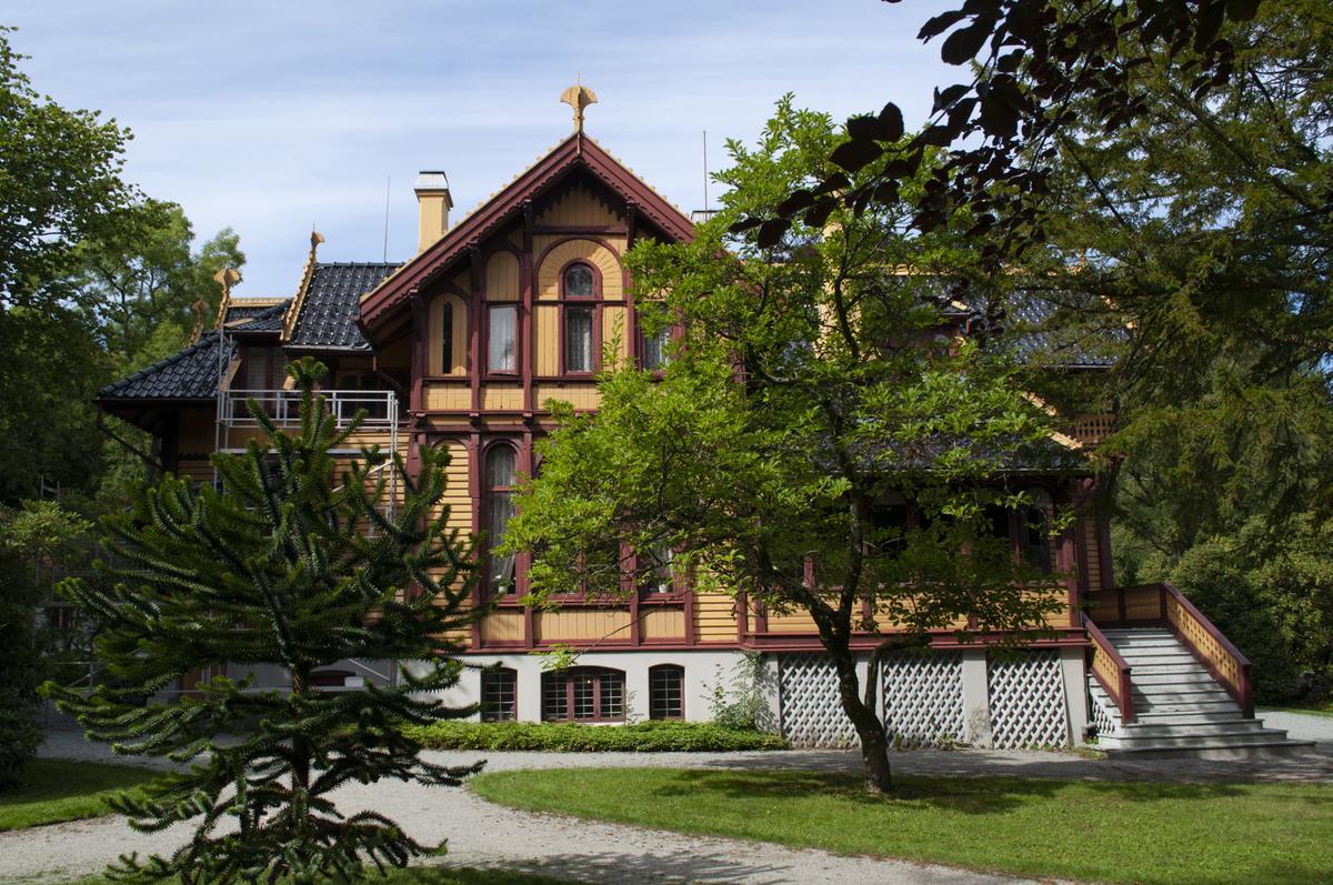 Før rehabilitering/fargeundersøkelser. Fasade -sørsiden av huset. S.