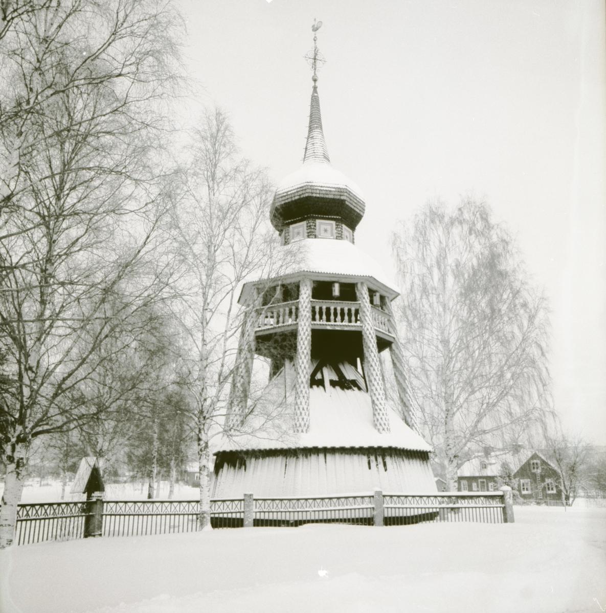 En klockstapel i vinterskrud. Undersvik. Hälsingland. 1992.