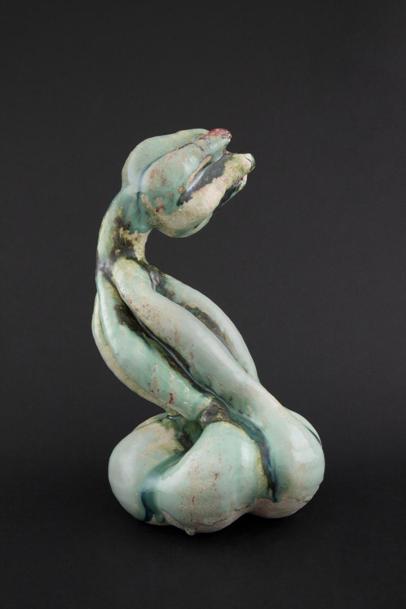 Håndmodellert skulptur i glasert steingods med S-formet kropp. Den har en organisk og asymmetrisk kalebassform som ender i en tulipanform med halvåpne kronblader. Keramikkskulpturen inngår i en installasjon bestående av 26 deler i ulike størrelser og med individuell utforming. De asymmetriske variasjonene gir et inntrykk av bevegelse, og den lett sykelige fargepaletten gir et uhyggelig og grotesk preg. Samtlige deler minner om kjøttetende planter.