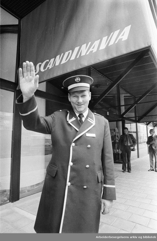 Åpningen av Hotel Scandinavia ved Holbergs plass. Også kjent som SAS-Hotellet eller Radisson Blu Scandinavia Hotel. Portier Harald Neumann Johansen. Juni 1975.