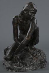 Kvinne som sitter på huk [Bronseskulptur]