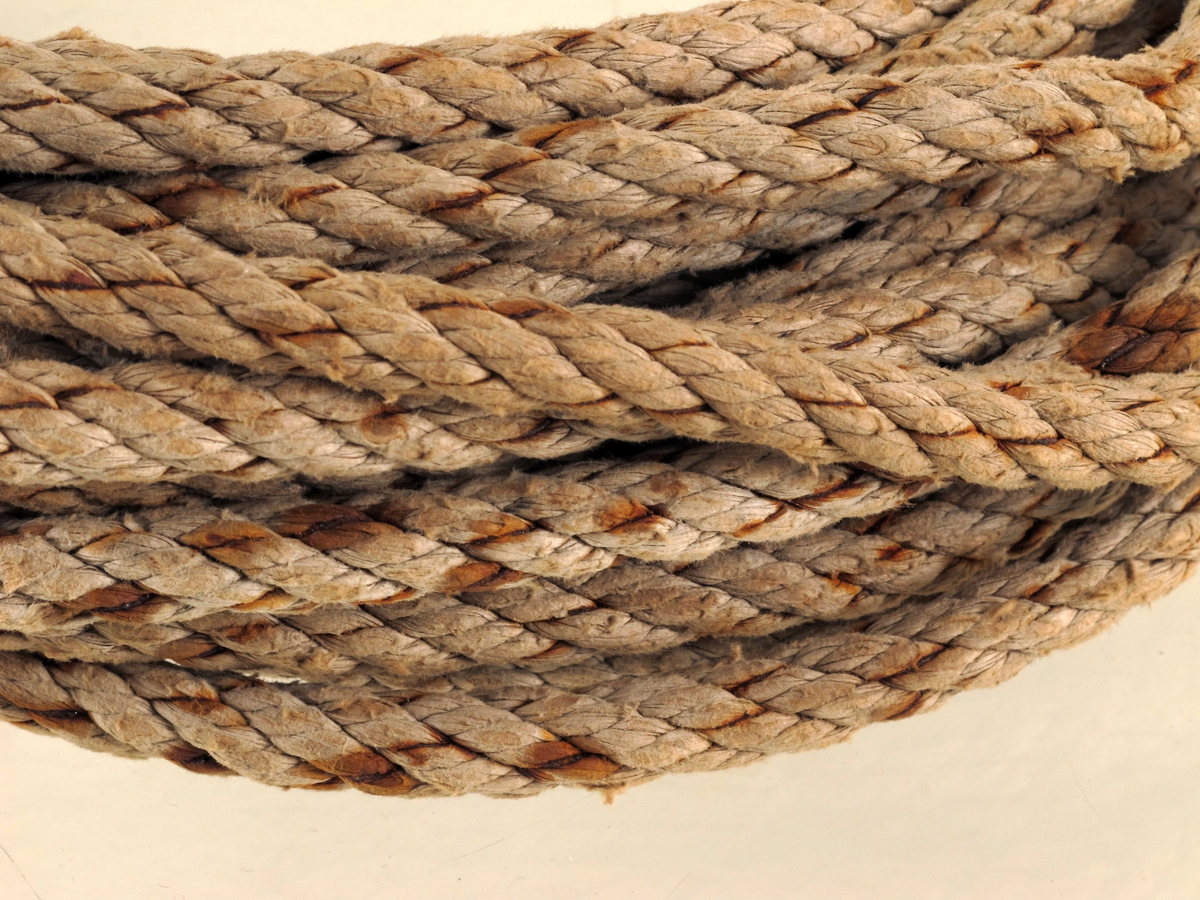 Taukveil, fra krigens siste år, 1944-45.  Papir skåret i tynne remser tvunnet og slått til papri. Innlagt ståltråd til forsterkning.