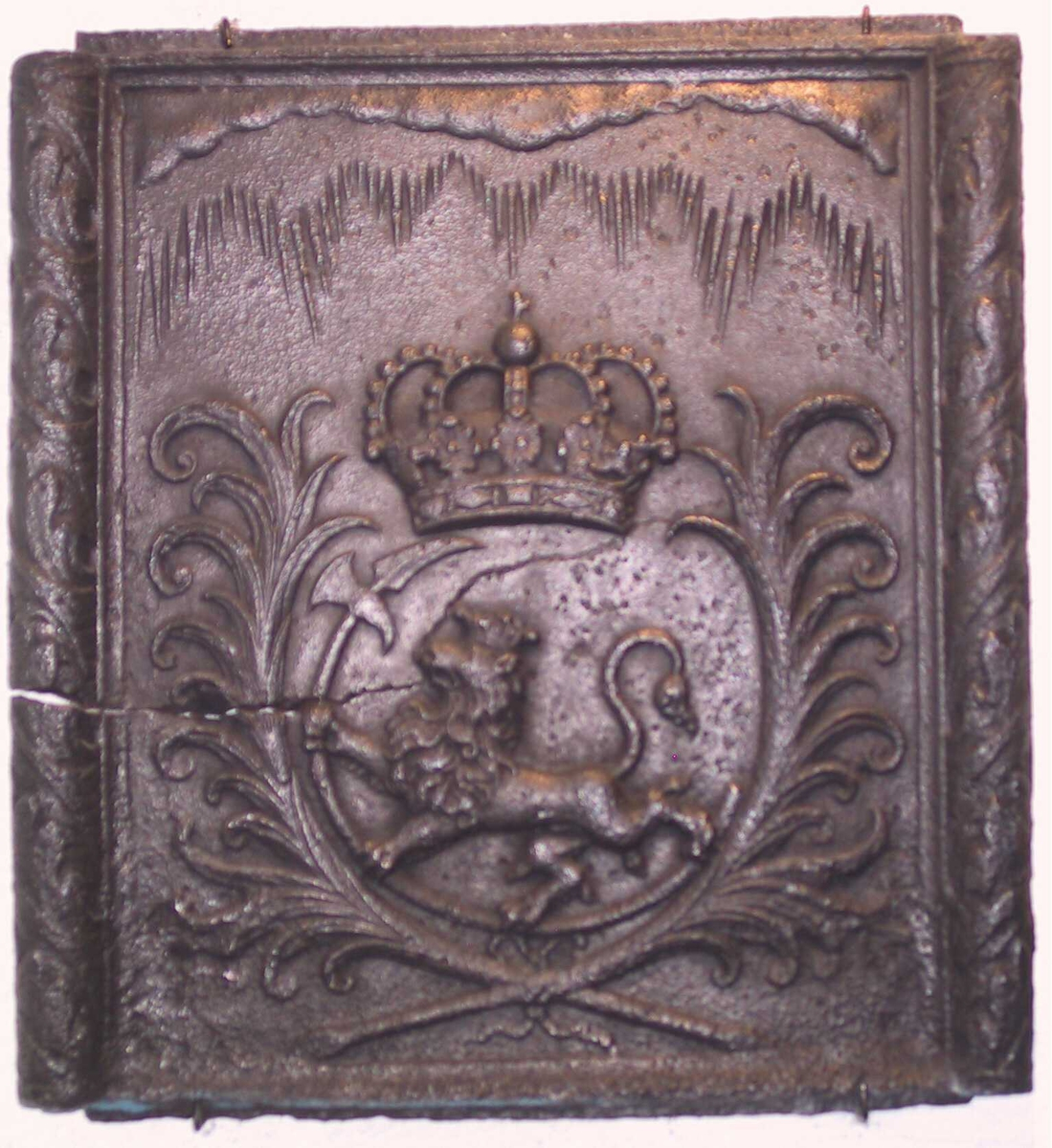 Den norske løve med krum hellebard mot v., palmegren på hver side , stor kongekrone over.