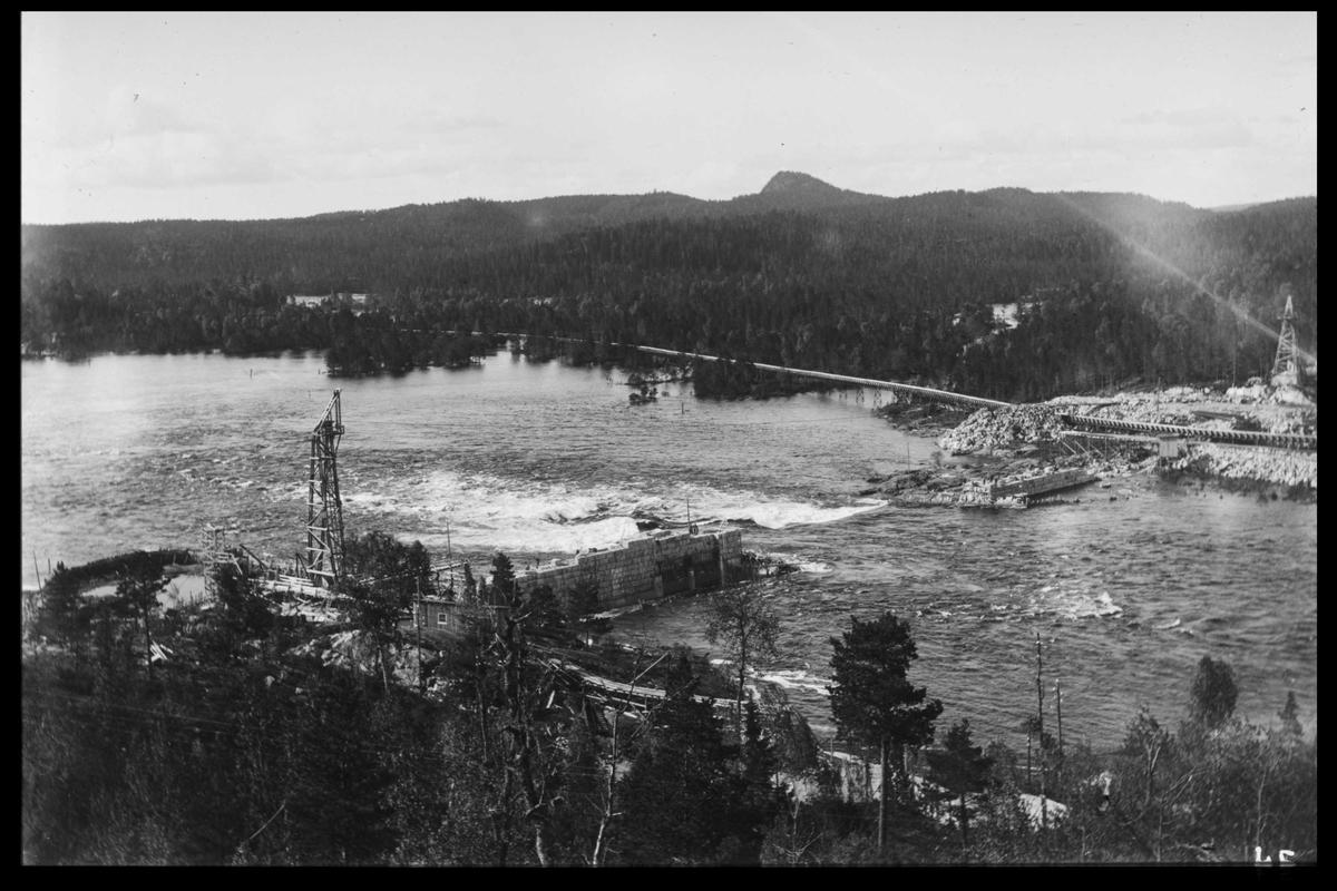 Arendal Fossekompani i begynnelsen av 1900-tallet CD merket 0468, Bilde: 25 Sted: Flaten Beskrivelse: Oversikt mot Olsbu. Bilde tatt nedover elva