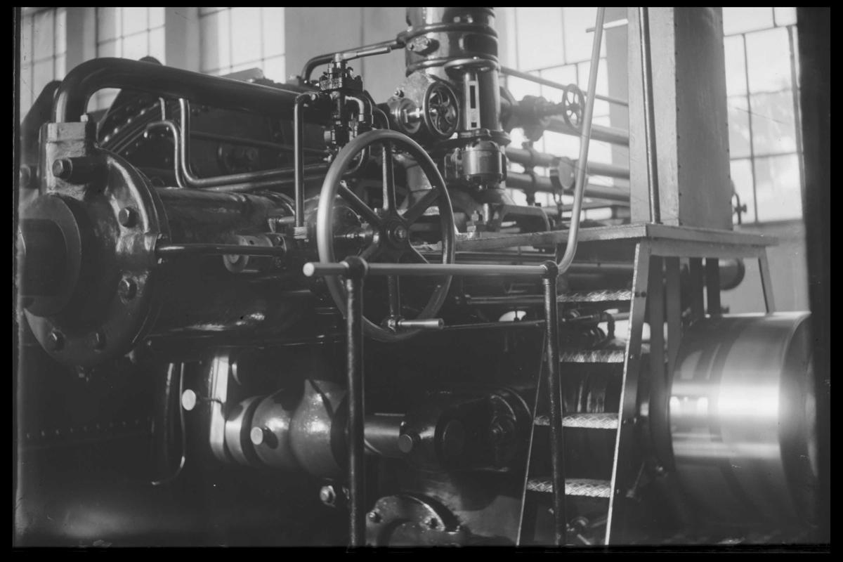Arendal Fossekompani i begynnelsen av 1900-tallet CD merket 0474, Bilde: 9 Sted: Haugsjå Beskrivelse: Turbin regulator